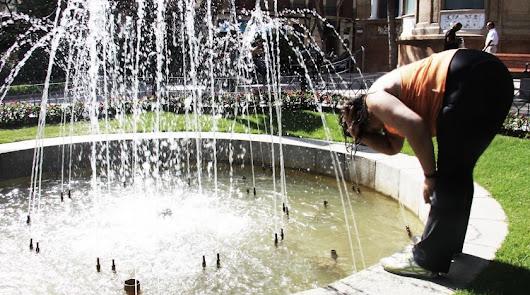 Refrescarse, el consejo esencial y básico para no deshidratarse.