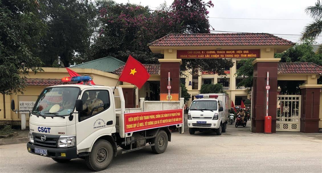100% CBCS Công an huyện Anh Sơn diễu hành biểu dương lực lượng trên các tuyến đường của huyện Anh Sơn