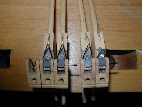 Photo: Les vis des marteaux desserées ont laissé les axes passer complètement sur la note d'à coté , le marteau n'est plus tenu que d'un coté, s'use et frappe a coté des cordes - piano droit  de conservatoire