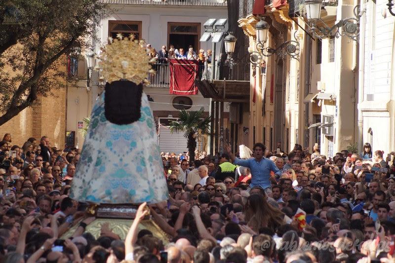 Devoción, respeto y tradición en el Traslado de la Virgen.