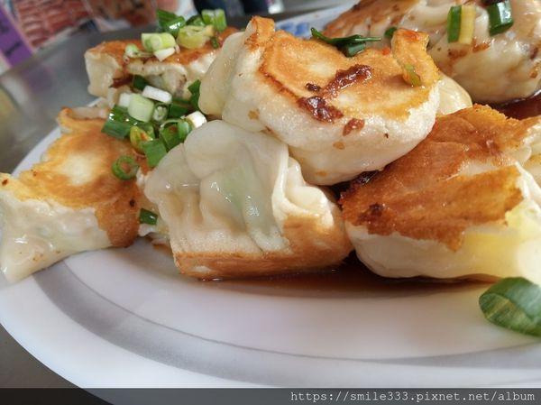 高雄苓雅區 金龍水煎餃~四維二路銅板美食 搭蔥辣醬油超好吃