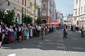 Photo: Niestety nie mam za bardzo czasu by obejrzeć przemarsz przez miasto pochodu w tradycyjnych strojach.  Upał w mieście jest nie do zniesienia. Wszyscy starają się schować w cieniu(co widać na tym zdjęciu).
