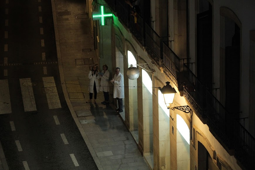 Los farmacéuticos de la Farmacia Central, de calle Real, recibiendo el aplauso de sus vecinos.