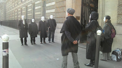 Photo: A midi, haie d'honneur à la porte de sortie du Ministère de la Défense