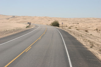 Photo: Der Wind treibt den Sand über die Straße