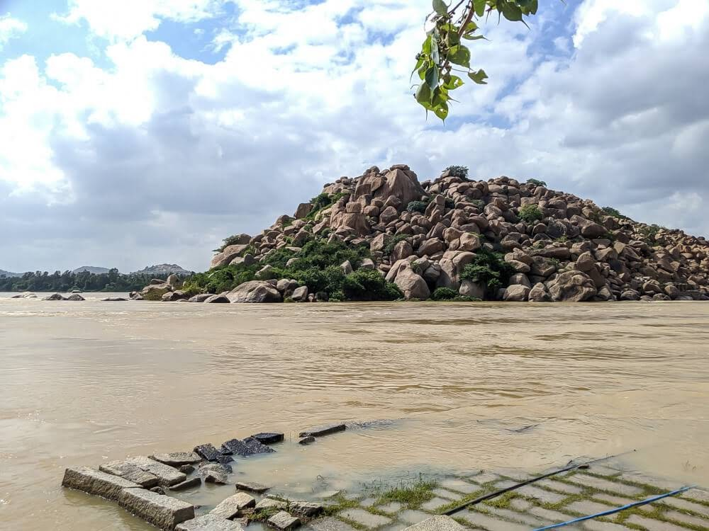tungabhadra+river+behind+virupaksha+temple+hampi+attractions+karnataka