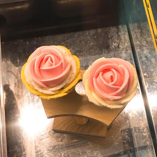 六月三十真的是我吃過最好吃的冰淇淋,沒有添加化學成分,完全真材實料,感覺就像在吃真的水果~來到台南安平一定得來嚐嚐,店員會很用心的跟你介紹,他們也很貼心也很有耐心。除了玫瑰花造型還有其他可愛圖案可以選