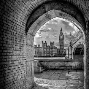 Westminster Bridge in long Arch tonemapped.jpg