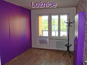 Photo: Původní ložnice majitelů. Byt se nám líbil prostorově. Já nesnáším tapety, bylo jasné, že vše půjde dolů... Tmavě fialová barva navíc pokoj opticky zužuje...a přitom je pokoj prostorný