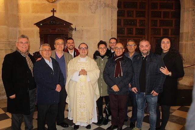 Las Hermandades de Estudiantes y Prendimiento junto al nuevo sacerdote.