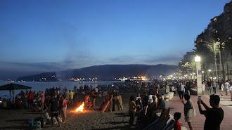 Los almerienses llenaron las playas de la capital para disfrutar de la Noche de San Juan.