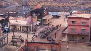 La Titan Desert en un poblado del Oeste de Tabernas.