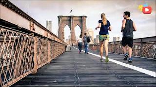 Parejas cruzando un puente - photo card / photo description