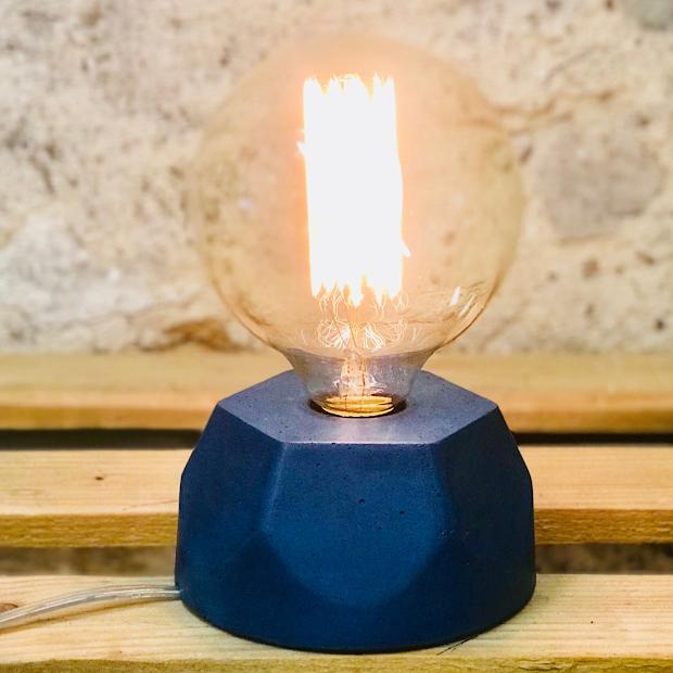Lampe design en béton pétrole avec son ampoule à filament