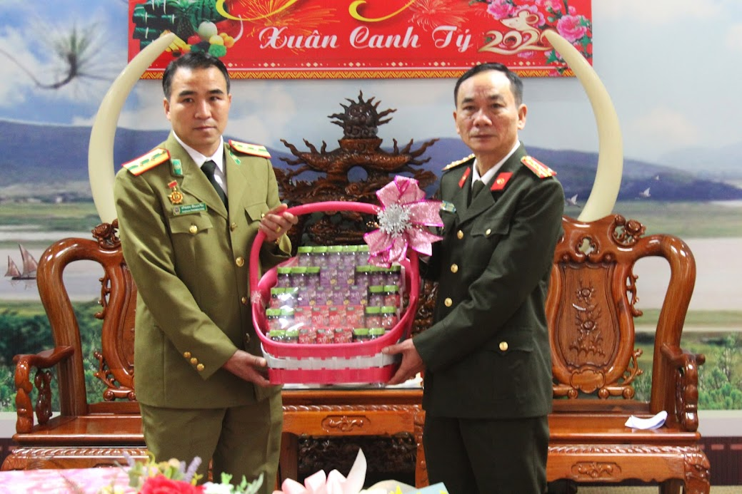Đại tá Lê Xuân Hoài, Phó Giám đốc Công an tỉnh Nghệ An đón nhận những tình cảm mà Công an tỉnh Hủa Phăn dành cho lãnh đạo, CBCS Công an Nghệ An