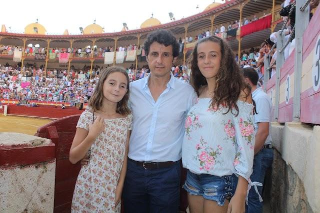 Ruiz Manuel junto a sus hijas en la Plaza de Toros de Almería.