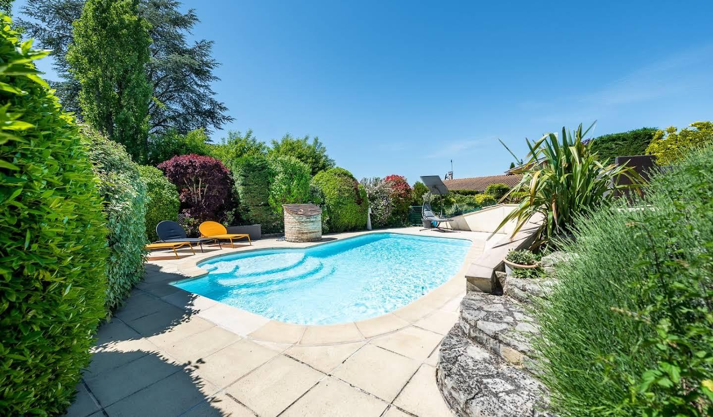 Maison avec piscine et terrasse Limas