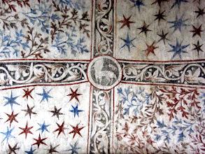 Photo: Martinskirche Neckartailfingen: Im Tonnengewölbe der Hauptapsis: Christus als Lamm Gottes mit Siegesfahne zwischen Paradies-Motiven (um 1300)