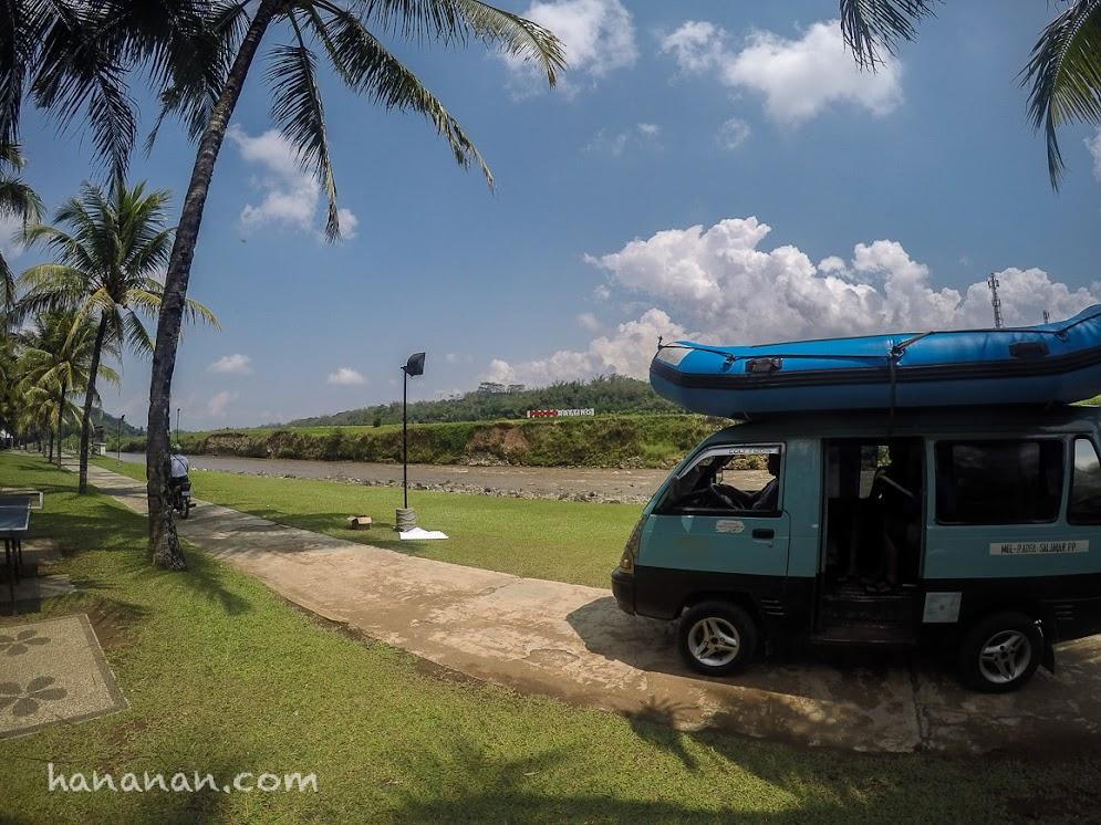 Mobil yang mengangkut perahu karet ke sungai dan yang akan menjemput di lokasi perhentian rafting.