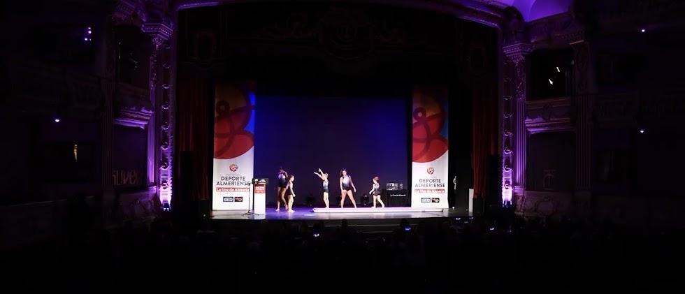 El club de gimnasia artística del Stella Maris, en el escenario del Cervantes.