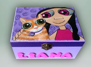 Photo: Caja de madera Modelo Nena leda y tu mascota: gato pardo anaranjado (Fonzi). (18x 13 cm de base, 11 cm de altura) Pintada a mano en acrílico, barnizada posteriormente. Nombre en goma eva. Interior en madera natural. Base forrada con terciopelo adhesivo. La hago por encargo con la mascota que prefieras. El modelo de caja (dimensiones, forma..) puede variar, consultar.