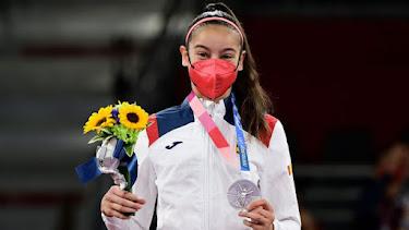 Adriana Cerezo mostrando su primera medalla olímpica.