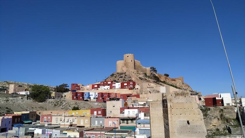 Vista de la Alcazaba con las viviendas de colores en el entorno