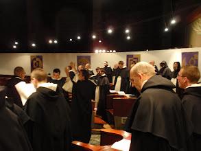 Photo: Mimořádné nápěvy i výzdoba chóru přispívají k adventnímu zabarvení liturgie.