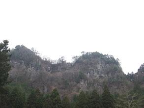 林道途中から屏風岩を見上げる