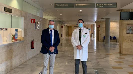 El delegado de Salud -izda- en su visita este viernes al Hospital La Inmaculada.