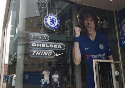 📷 Pijnlijk: Chelsea verving Hazard aan fanshop door Luiz... die naar Arsenal trok