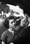 man en vrouw in gesprek op straat