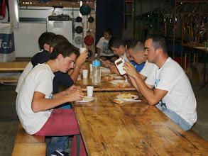 """Photo: """"Pas de portable à table"""". Benoit ne semble pas connaitre la consigne."""