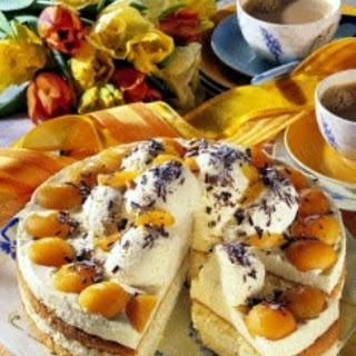 Marzipan-Mousse-Torte mit Aprikosen