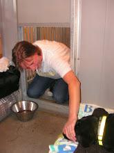 Photo: Petra heeft een kennel naast mij, en ze komt even buurten met Diesel. Het hondenluik biedt uitkomst.
