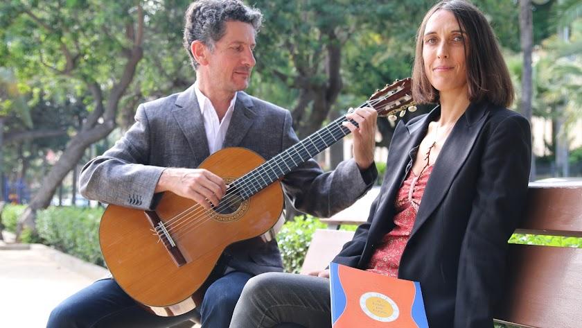 darío moreira con su esposa, Clara Aparicio Santiago, encargada de la edición y publicación del libro, en Almería, poco antes de un concierto