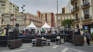 Preparación del escenario en la Puerta de Purchena.