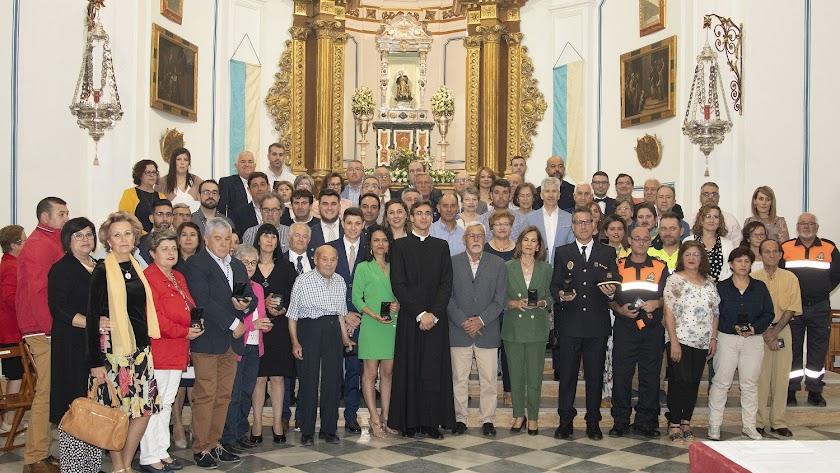 Grupo de vecinos que recibieron las medallas conmemorativas del Patronazgo de la Virgen del Saliente.