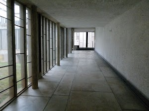 La Tourette - korytarz za dnia