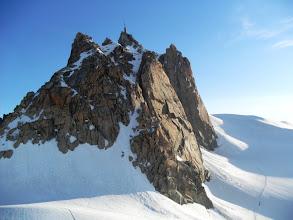 Photo: El macizo de la Aguille du Midi con la arista de los cosmicos y las paredes para escaladores aguerridos. Foto AH.