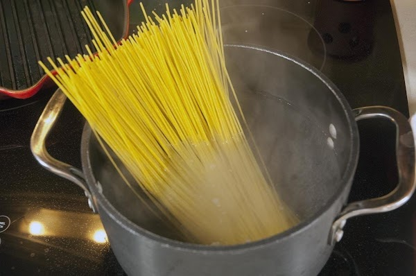 Add the spaghetti to a pot of boiling water with a pinch of salt.