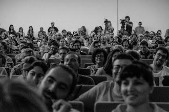 """Photo: En el descanso, el público se entretiene jugando al popular """"¿dónde está el señor con el dedo en la nariz?""""."""
