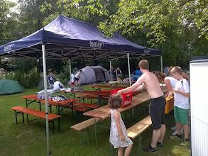 Photo: alle helfen mit beim Gruppenzelt-Aufbau