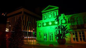La fachada del Teatro Apolo se ilumina de verde como homenaje a los sanitarios.