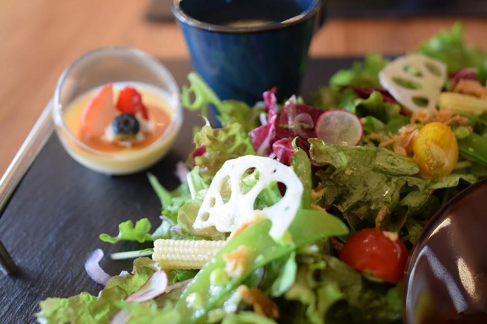 新舞子のカフェ「ネストバイザシー」ランチのサラダがボリューム満点