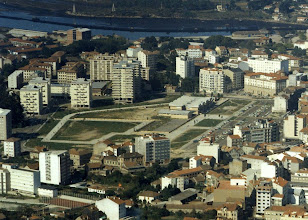 Photo: No centro o colexio de Campolongo, o río Ghafos xa está aquí canalizado. Ó fondo a ría de Pontevedra coa Puntada doutro lado da ría.
