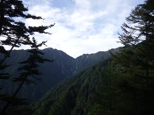 空木岳(左)と木曽殿越(中央の鞍部)