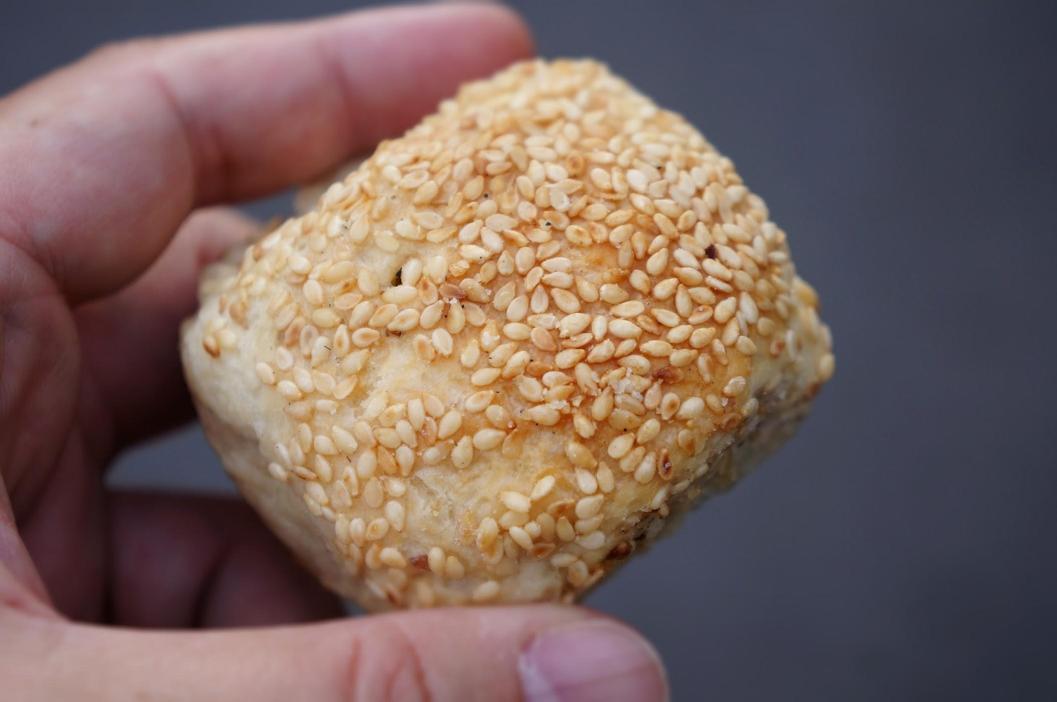 蟹殼黃燒餅,剛出爐時候頗香的啊