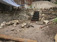 Creating a dry stone wall effect by cladding against a block wall