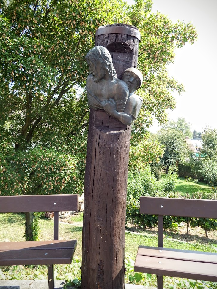 Ábrahámhegy - Szent László rk. templom és keresztút a templomkertben